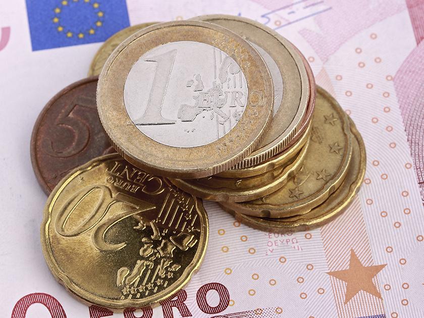 Биржевой курс евро впервый раз  сконца октября опустился ниже 74 руб.