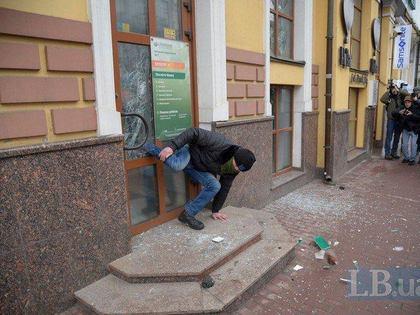 В Киеве радикал застрял в двери во время нападения на Сбербанк